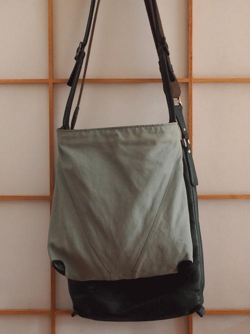 日本製の軽い身幅ショルダーバッグ