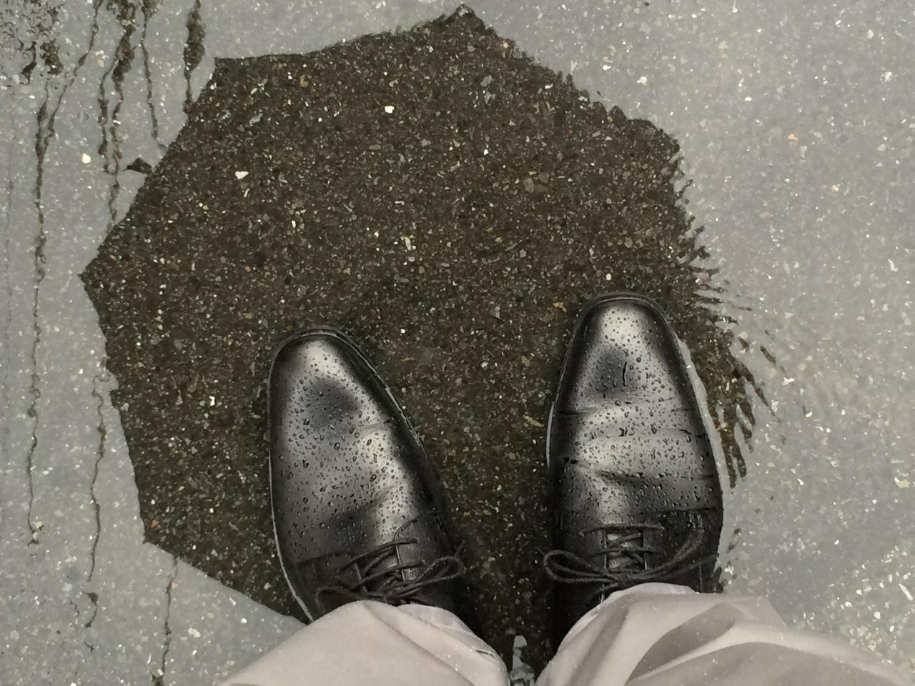 ジャケット着て雨の日に履く防水シューズ