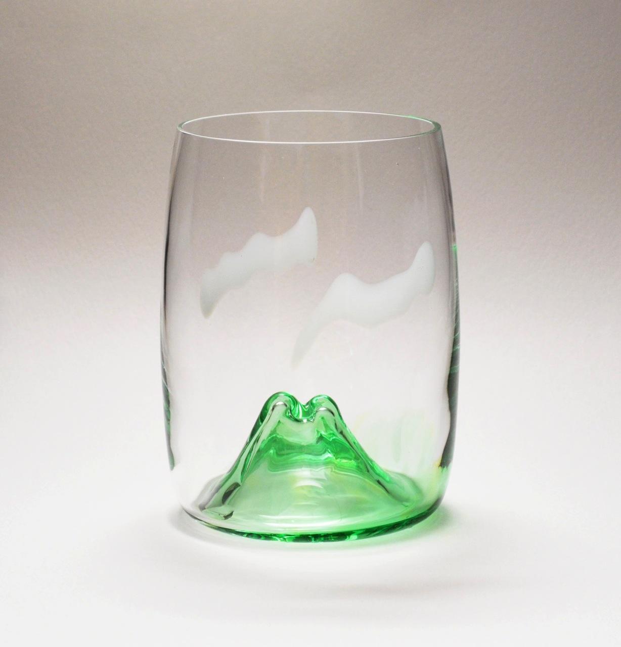 夕日に染まる山を見ながら飲むグラス
