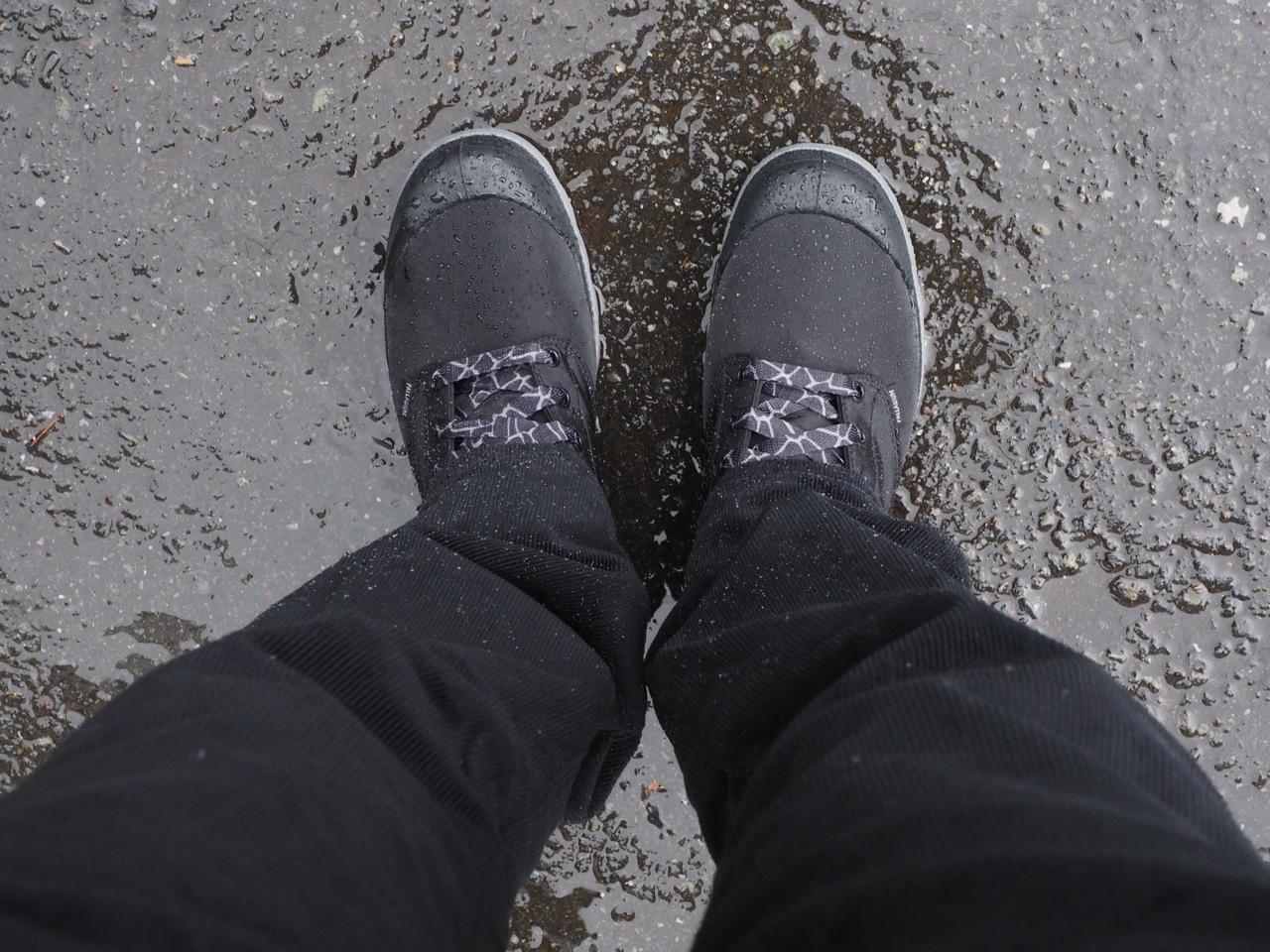 土砂降りの休日は防水スニーカー