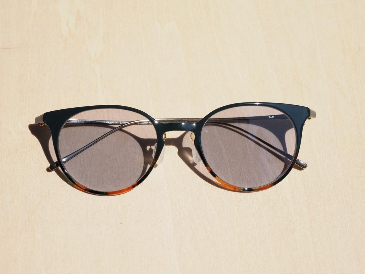 室内でも使えるサングラスは透過率50%以上