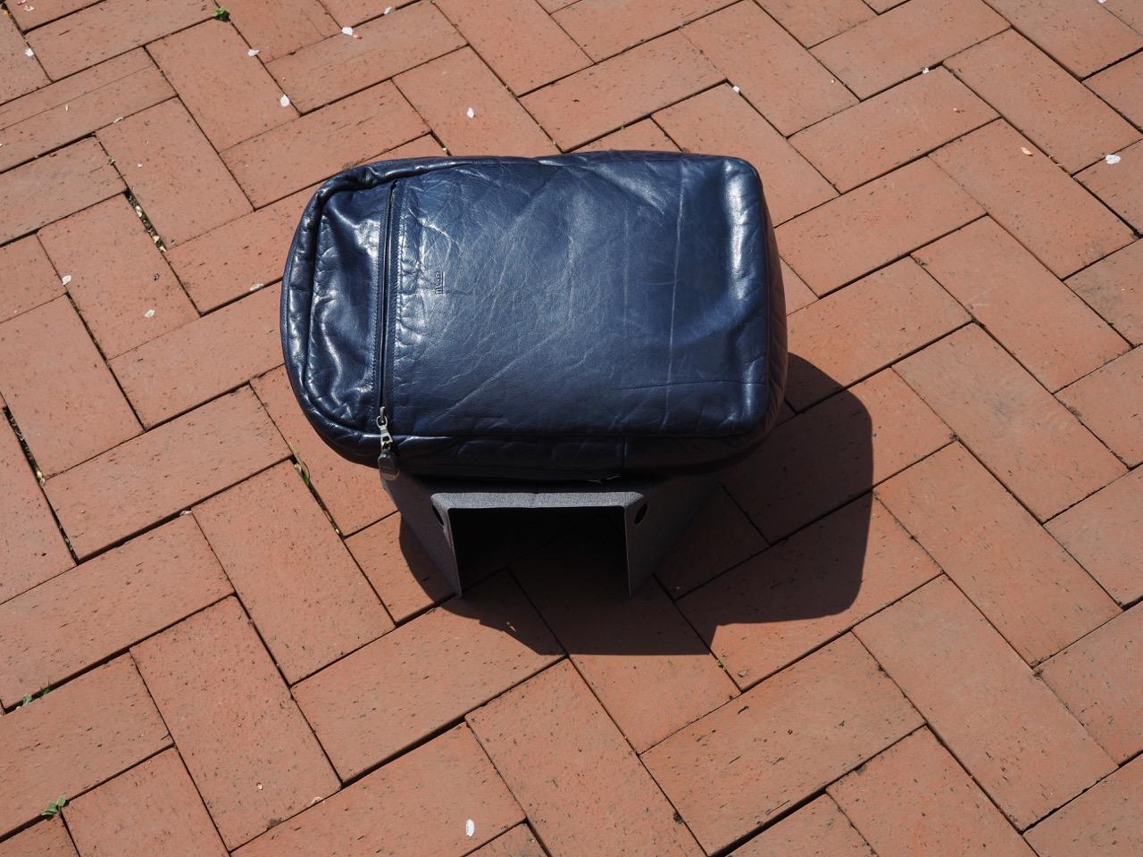 汚れた場所にバッグが置けるスタンド